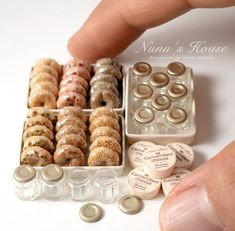Nunu's House's miniatures are incredibly detailed and simply adorable. Polymer Clay Miniatures, Polymer Clay Projects, Dollhouse Miniatures, Miniture Food, Miniture Things, Tiny Food, Fake Food, Dollhouse Accessories, Barbie Accessories
