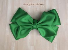 Emerald Green Boutique hairbow, Emerald Green Hair bow Clip, Green bow, Green Stacked Bow, Green flower girl bow,  Green Ponytail bow by SunnySideHairBows on Etsy #hairbow #hairbows #boutiquehairbows #greenhairbows #hairaccessories #butterflyhairbow Black Hair Bows, Pink Hair Bows, Flower Hair Bows, Flowers In Hair, Bow Hair Clips, Bow Clip, Emerald Green Hair, School Hair Bows, Fabric Flower Brooch