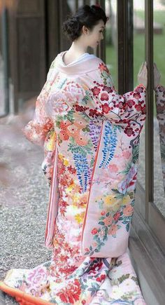Uchikake ~ a highly formal kimono worn by a bride or at a stage performance. It is supposed to be worn outside the actual kimono (called kakeshita or kosode) and obi (sash), as a sort of coat. Japanese Outfits, Japanese Fashion, Asian Fashion, Gq Fashion, Japanese Beauty, Asian Beauty, Furisode Kimono, Kimono Dress, Kimono Style
