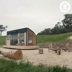 This tiny home aptly christened 'Shacky' in the Yarra Valley encourages its visitors to bask in its idyllic surrounds with its own (tiny) version of indoor-outdoor design. Shack House, Tyni House, Tiny House Cabin, Tiny House Living, Small House Plans, Off Grid Tiny House, Modern Tiny House, Minimal House Design, Small House Design