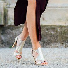 Sandale talon haut dorée Cette sandale offre une ligne élégante et glamour avec son talon haut et ses découpes très graphiques sur l'avant du pied. Talon : 8 cm. •#SHOESINMYLIFE On l'associe avec une robe courte ou un slim en coton selon notre humeur. •Prendre votre pointure habituelle.