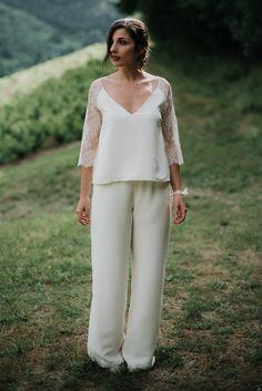 Ensemble pantalon pour mariée à porter avec un haut en dentelle avec des manches raglans. Réalisation sur mesure à Lyon dans la boutique de la créatrice.