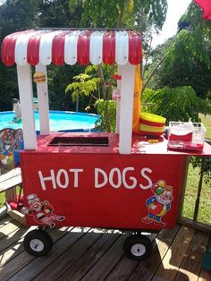 Hot dog stand - Brilliant modification of a steel Gorilla Cart! Carnival Booths, Carnival Games, Wagon Floats, New York Theme Party, Bike Parade, Homecoming Floats, Circus Birthday, Bear Birthday, Felt Cupcakes