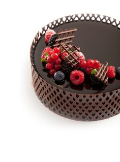 Collar Sheet chocolate - Love the effect Chocolate Cups, Love Chocolate, Chocolate Lovers, Chocolate Desserts, Decoration Patisserie, Chocolate Decorations, Specialty Cakes, Pastry Cake, Fancy Cakes