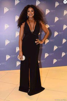 Cris Vianna apostou em vestido preto Vitor Zerbinato, com um generoso decote, para prestigiar o 37º Profissionais do Ano, nesta quarta-feira, 28 de outubro de 2015