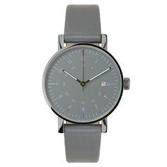 Det var på tiden! Basic är VOID Watches tredje produktserie och är en stilren, minimalistisk klocka med en boett i rostfritt stål. Det välvda glaset är gjort i mineralkristall för extra hållighet och fulländar denna design. Boett: Kromat rostfritt stål . Armband: Grått skinn. Ø 38mm.