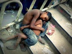 Orphan kid in India keeping his baby brother warm. God, my heart hurts. I believe god can help them so I wonder why he doesn't then I realize I can help them but I don't We Are The World, People Of The World, Fotografia Social, Religion, Little Children, Precious Children, Young Children, Adolescents, Faith In Humanity