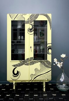 Armoire Black Tatoo / https://www.lamauvaisereputation-mobilier.com/produit/armoire-vitree-black-tatoo/