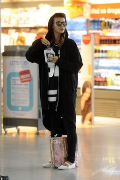 TYLKO U NAS! Edyta Górniak poleciała do Nowego Jorku. Kogo tak czule przytulała na lotnisku przed odlotem? [PAPARAZZI] - Edyta Górniak w ciemnych okularach na lotnisku