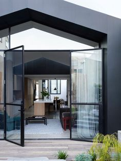 Pandolfini Architects restored a century-old terrace house while adding a modern addition to the Port Melbourne House, resulting in a house mullet. Niche Design, Journal Du Design, Melbourne House, Structure Metal, Brick Facade, Modern Door, Metal Buildings, Architect Design, Bungalows