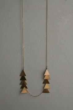 amo colares grandes ..esse com triângulos me conquistaram!