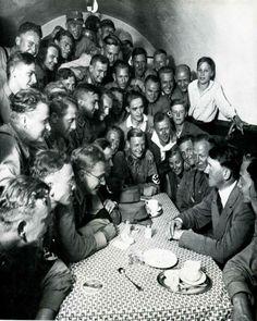 Esta foto foi capturada em 1938, em Munique, Alemanha. Nesta foto pode-se perceber como Hitler fascinava os jovens alemães. Tratava-se de um encontro de jovens da SA (milícia paramilitar nazista).