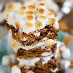 This delightfully easy recipe for 5 Minute S'mores Cereal Bars is going to become a new favorite for sure! Just 5 ingredients and loads of authentic s'mores flavor, these bars are adored by kids and adults alike! // Mom On Timeout Cookie Desserts, Cookie Recipes, Dessert Recipes, Bar Recipes, Sweet Recipes, Real Food Recipes, Food Calorie Chart, Cereal Bars, Semi Sweet Chocolate Chips