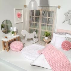 Another shot of my lovely tiny bedroom with some pink accents. Hope you'll love it as much as I do ; Modern Dollhouse Furniture, Diy Barbie Furniture, Mini Doll House, Barbie Doll House, Dollhouse Design, Diy Dollhouse, Doll House Plans, Dreams Beds, Miniature Dolls