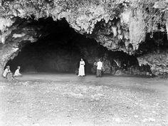 Een klein gezelschap bezoekt een grot bij Idjoe, Gombong, Kedoe, Midden-Java Unknown date