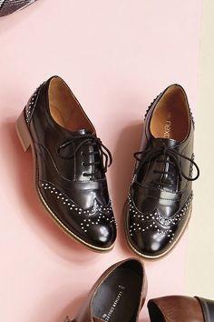 Schuh mit Nietendetails  Obermaterial: Leder. Futter und Decksohle: Leder. Außensohle: sonstiges Material.  ...