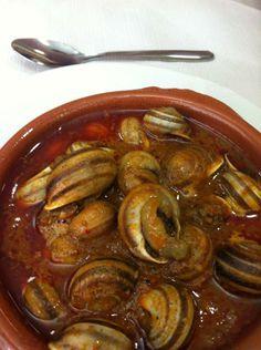 cabrillas - 1 rodaja de pan - 1 cebolla mediana - 6 ó 7 dientes de ajo - 1 cucharada de pimiento molido - 1 vasito de vino blanco o Manz Chef Recipes, Mexican Food Recipes, Cooking Recipes, Spanish Kitchen, Spanish Food, Hispanic Kitchen, Churros, Sausage, Appetizers