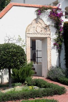Casa del Herrero - House of the Blacksmith. Spanish Revival, Spanish Colonial, Spanish Style, Colonial Architecture, Architecture Details, California Bungalow, Montecito California, Spanish Courtyard, Stucco Walls