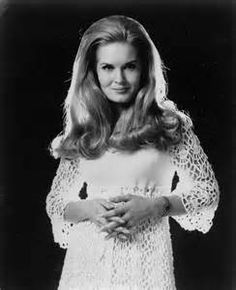 """Two days after losing Buddy Emmons, we've lost another country great with the passing of Lynn Anderson. With a hit like """"Rose Garden,"""" Lynn was true country royalty. Old Country Music, Country Music Artists, Country Music Stars, Country Songs, Country Musicians, Country Girls, Country Female Singers, Lynn Anderson, Musica Popular"""