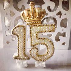 Vela de 15 anos com coroa. @ateliecrisetiago #ateliecrisetiago #15anos #quinzeanos #debutante #fest - atelie.lembrandocomamor 15th Birthday, Birthday Parties, Birthday Balloons, Birthday Candles, Happy Brithday, Quinceanera Decorations, Sweet 15, Ideas Para Fiestas, Biscuit