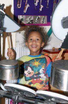 Noé suit très bien le tempo. Très bon sens du rythme pour un éveil musical ludique avec Le Tout Petit Conservatoire.