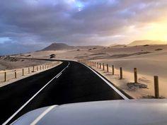 Recorriendo el Parque Natural Dunas de Corralejo. Foto de Vacanze a Fuerteventura Free Mind, Island Food, Island Design, Beach Bars, Canario, Island Beach, Canary Islands, Tenerife, Best Hotels