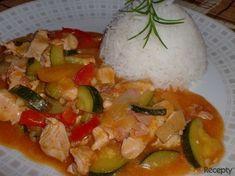 Minutkový kuřecí guláš s letní zeleninou Caprese Salad, Thai Red Curry, Low Carb, Soup, Rice, Eggs, Menu, Yummy Food, Treats