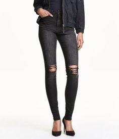 5-Pocket-Jeans aus stretchigem, gewaschenem Denim mit Glitzernaht an Münztasche und Knopfloch. Modell mit extra schmalem Bein und hohem Bund. Markante Used-Details.