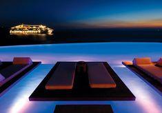 Cavo Tagoo O hotel, que fica na cidade grega de Mykonos, conta com uma deslumbrante piscina infinita de 38 metros de água salgada, com vista para o azul do Mar Egeu.