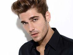 Per l'uomo ecco un taglio di capelli versatile e facile da modificare a seconda che si voglia ottenere un look da ribelle o uno più serioso