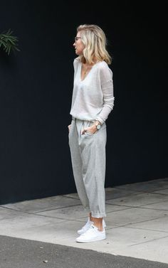13 Stylish Athleisure Looks That Are Perfect For Travelling - Sporteluxe Winter Chic, Winter Mode, Skinny Jeans Damen, Looks Jeans, Athleisure Outfits, Casual Street Style, Minimalist Fashion, Minimalist Wardrobe, Minimalist Style