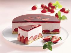 Erdbeercreme-Torte Strawberry cream cake is a recipe with fresh ingredients from the category strawberry cake. Try this and other recipes from EAT SMARTER! Easy Cake Recipes, Fruit Recipes, Baking Recipes, Summer Recipes, Strawberry Cream Cakes, Strawberries And Cream, Cheesecake, Food Cakes, Frozen Desserts