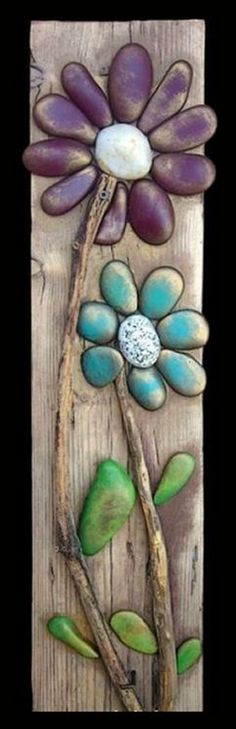 Discover thousands of images about Pebble Art / Rock Art and a string of flowers (all natural materials incl… Stone Crafts, Rock Crafts, Arts And Crafts, Diy Crafts, Arte Pallet, Pallet Art, Pallet Signs, Nature Crafts, Summer Crafts