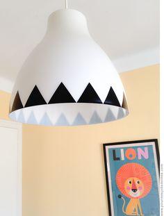pour mes jolis mômes, mais pas que... un lustre Ikea customisé avec des stickers triangle #DIY