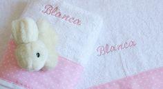 Toallas bordadas con el nombre. Set de dos toallas personalizadas con el nombre que quieras. Un regalo muy original para bebés.