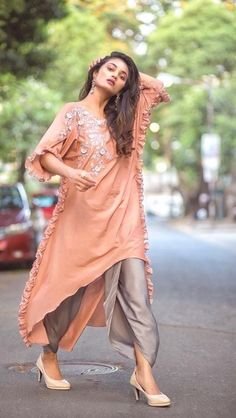 Best Kurti Designs Collection For Summer - Kurti Blouse Pakistani Outfits, Indian Outfits, Indian Designer Outfits, Designer Dresses, Stylish Dresses, Fashion Dresses, Casual Chic, Modele Hijab, Pakistan Fashion