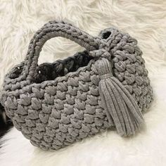 T-shirt yarn. Crochet Diy, Crochet T Shirts, Bag Crochet, Crochet Handbags, Crochet Purses, Tshirt Garn, Crochet Shoulder Bags, Diy Bags Purses, Yarn Bag