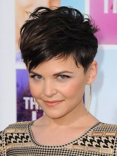 The pixie cut is the new trendy haircut! Put on the front of the stage thanks to Pixie Geldof (hence the name of this cup! Pixie Cut Round Face, Pixie Haircut For Round Faces, Round Face Haircuts, Short Pixie Haircuts, Hairstyles For Round Faces, Pixie Hairstyles, Short Hair Cuts, Short Hair Styles, Shaved Hairstyles