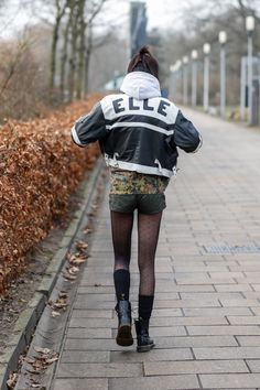 """Emma is 20 jaar en loopt mee als model. Haar stijl is vintage gemixed met comfortabel en ze is gek op mooie jassen, """"Mijn vrienden herkennen me aan leggings met korte broekjes""""."""