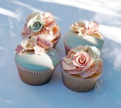 Floral cupcakes.