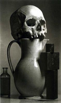 nature morte avec crane humain posé sur un vase