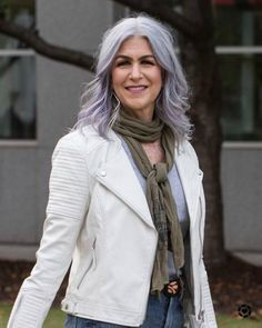 transition to grey hair with highlights Grey Hair Young, Grey Hair Inspiration, Gray Hair Growing Out, Transition To Gray Hair, Dark Blonde Hair, Going Gray, Sexy Older Women, Grow Out, Hair Highlights