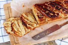 babka s marcipánem a meruňkama Crunches, Cheesesteak, Bread, Ethnic Recipes, Food, Dulce De Leche, Brot, Essen, Cheer Abs