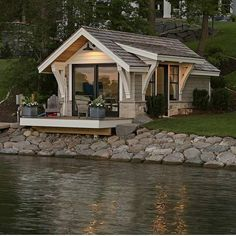 A gorgeous tiny house right by the lake! 😍 Would you love to live in this house? 🏡 TAG a friend who wants a tiny house one day! ❤️👇 (DM for… Tiny House Cabin, Tiny House Living, Tiny House Plans, Tiny House Design, Cabin Homes, Tiny Houses, Wooden Houses, Boat House, Cottage Design