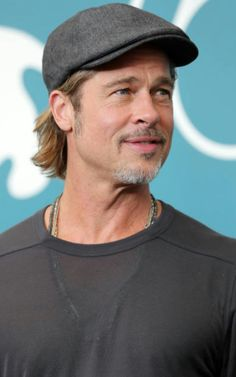 Brad Pitt Photos collection You can visit our site to see other photos. Brad Pitt Hair, Brad Pitt Photos, George Clooney, Fight Club, Man In Love, Handsome, Hollywood, Actors, Collection