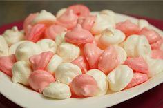 Un jeu d'enfant ! Réalisez des meringues super croquantes, parfumées ou non, blanches ou colorées, à manger telles quelles ou pour décorer d'autres gâteaux ! Blancs d'oeuf et sucre, c'est tout ce dont vous aurez besoin…