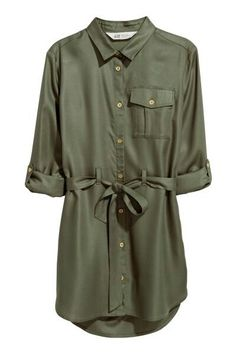 Dress in woven fabric with a collar button placket and chest pocket with a button. Long sleeves with a tab and button a belt and a rounded hem. Slightly longer at the back. Green Long Sleeve Dress, Long Sleeve Cotton Dress, Dress Long, Dress Outfits, Casual Outfits, Fashion Outfits, Dresses, Kids Fashion, Khaki Shirt Dress
