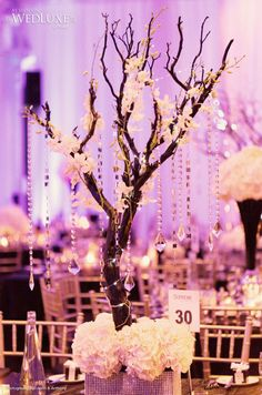 Décor de table originale avec des guirlandes de diamant posées sur des arbres centre de table
