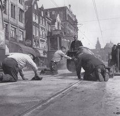 Werkzaamheden op het Damrak in 1957. Damrak Amsterdam (jaartal: 1950 tot 1960) - Foto's SERC