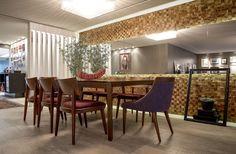 Neste apartamento em Caxias do Sul, RS, a cozinha é o xodó dos moradores: bem equipada e com acabamentos contemporâneos, ela brilha na área social integrada assinada por Betina Gomes.